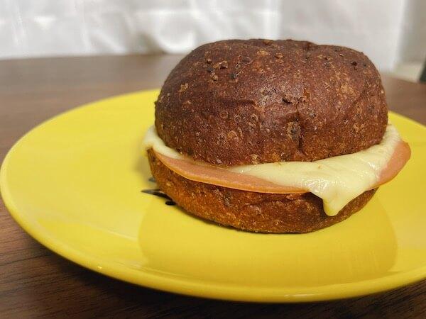 ベースブレッドのハムチーズサンド